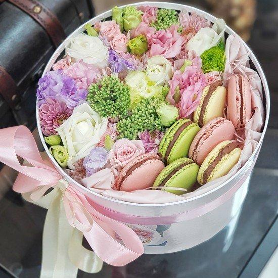 Коробочка с цветами и сладостями №1