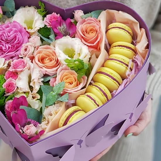 Коробочка с цветами и сладостями №3